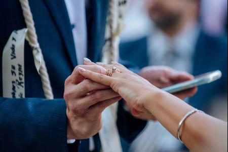 ¿En qué mano van los anillos de compromiso y de matrimonio?