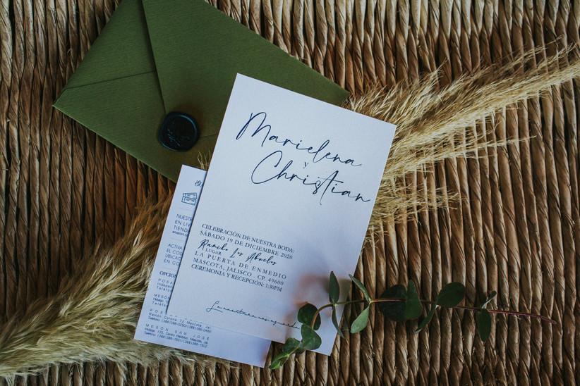 invitación de boda sencilla con sobre verde