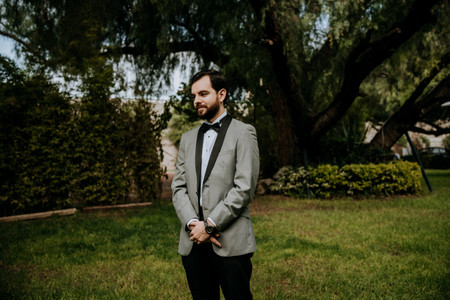 8 colores para traje de novio que lucirán impecables en cada estilo de boda