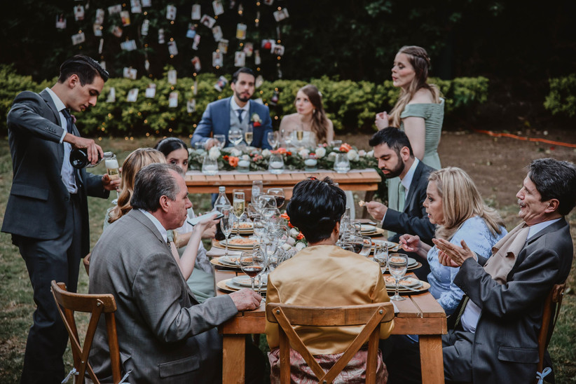 banquete de boda con invitados al aire libre