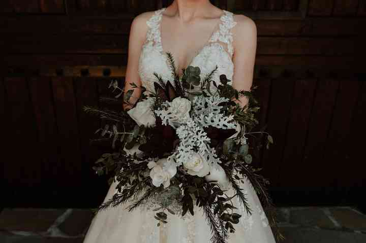 ramo de novia flores blancas y rosas vinotinto