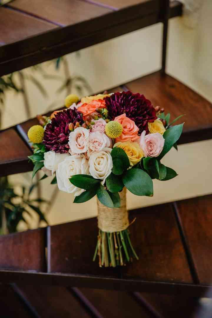 ramo de novia con rosas blancas y dalias