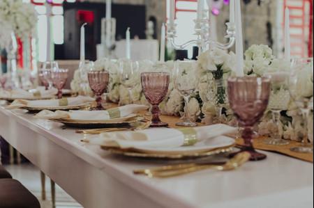 Copas de colores para un banquete de boda con mucho estilo