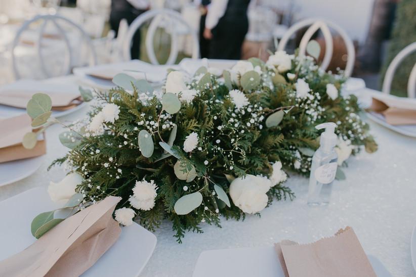 centro de mesa con flores naturales sencillo blancas y verdes