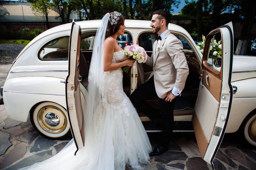 novios en auto para boda