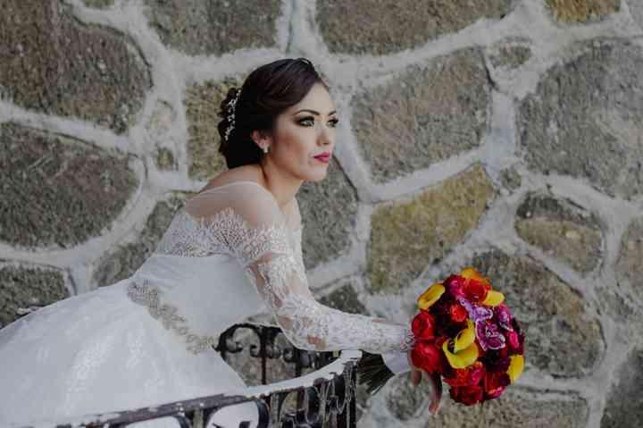 novia con bouquet de flores rojo y amarillo
