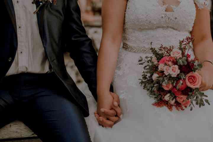 novia con bouquet de flores pequeñas para la boda