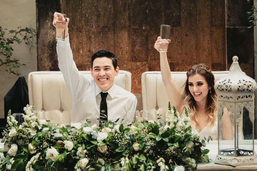 brindis de boda del novio y de la novia con las copas