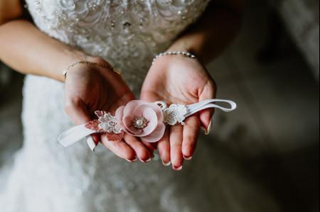 ¿Por qué las novias usan liga? Todos los detalles de esta tradición
