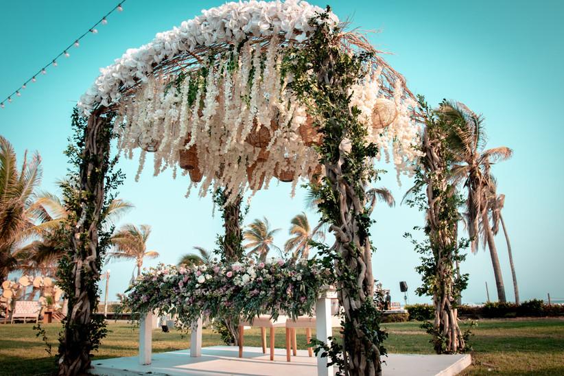 altar de boda decorado con flores y follaje