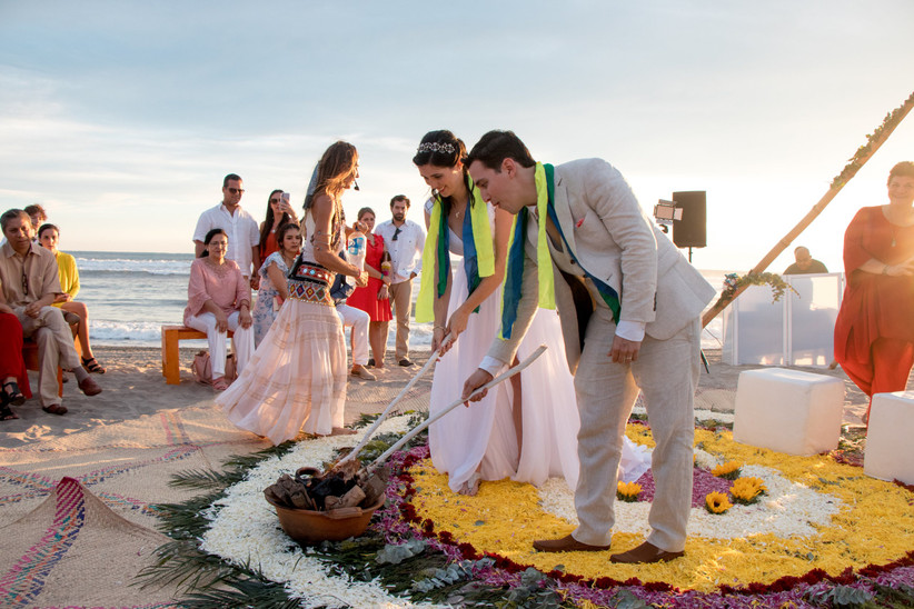 ritual simbólico para parejas en la playa