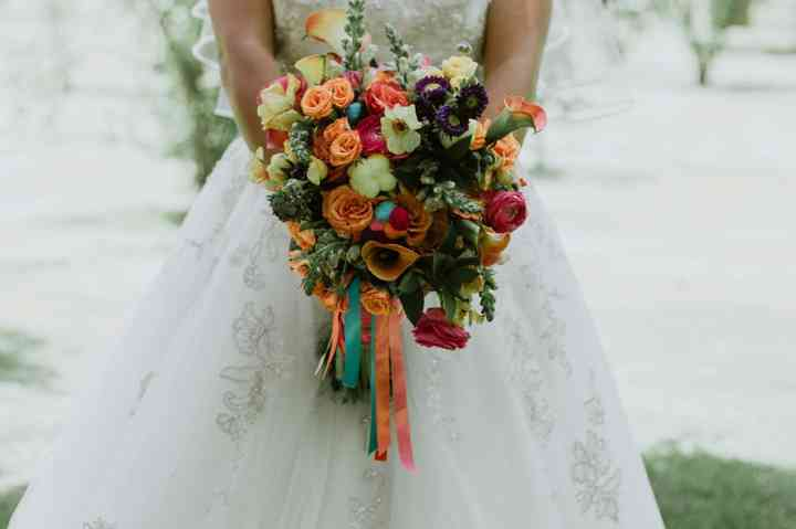 ramo de novia con cintas y flores variadas