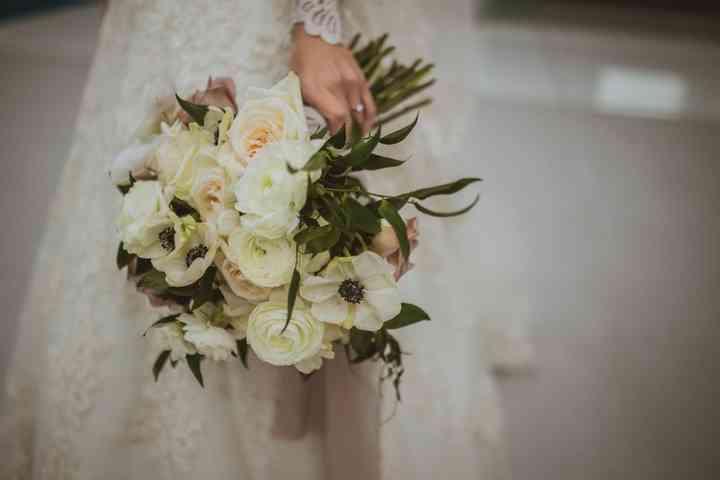 ramo de novia para otoño con flores anémonas