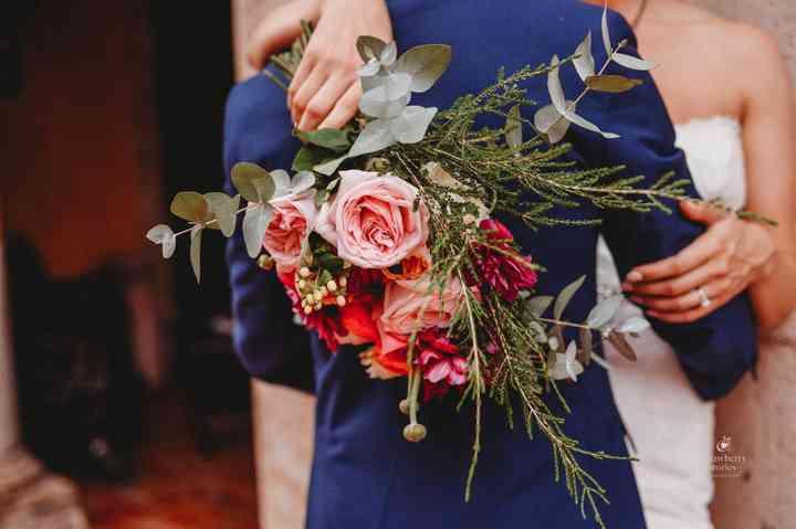 ramo de novia con rosas rojas y plantas