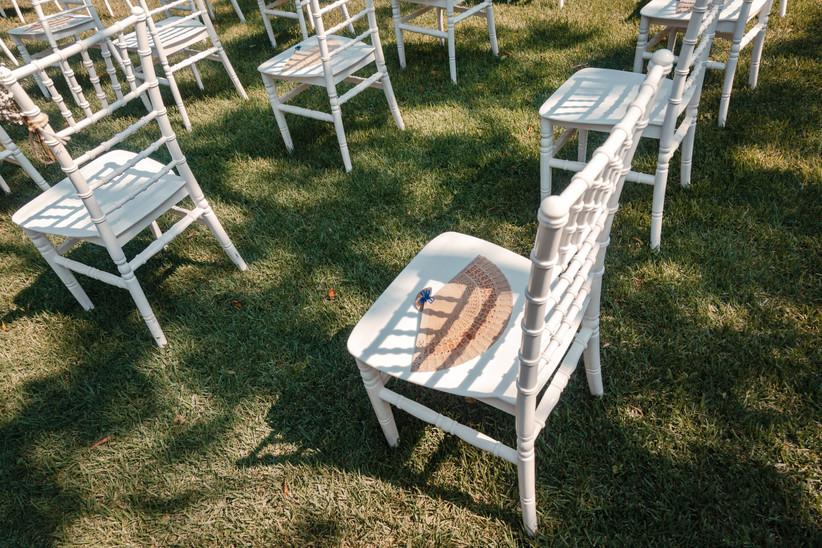 sillas de la ceremonia de boda con abanico