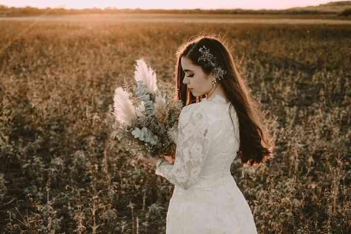 novia con ramo con plantas y hojas secas