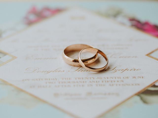¿Cómo modificar el grabado de las alianzas si cambian la fecha de su boda?