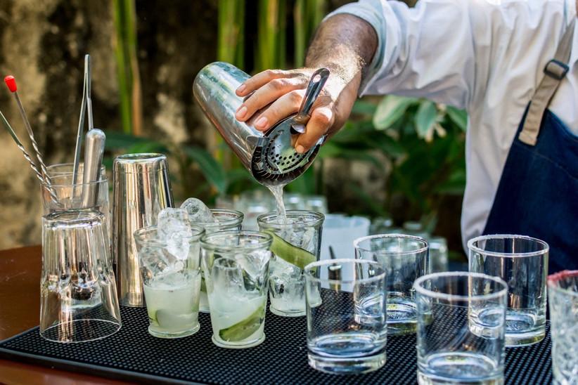 sirviendo cocteles en la recepción de boda al aire libre