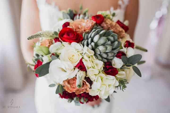 boquet de novia con rosas, ramas de olivo, hortensias,
