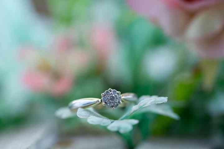 foto anillo de compromiso sobre hoja