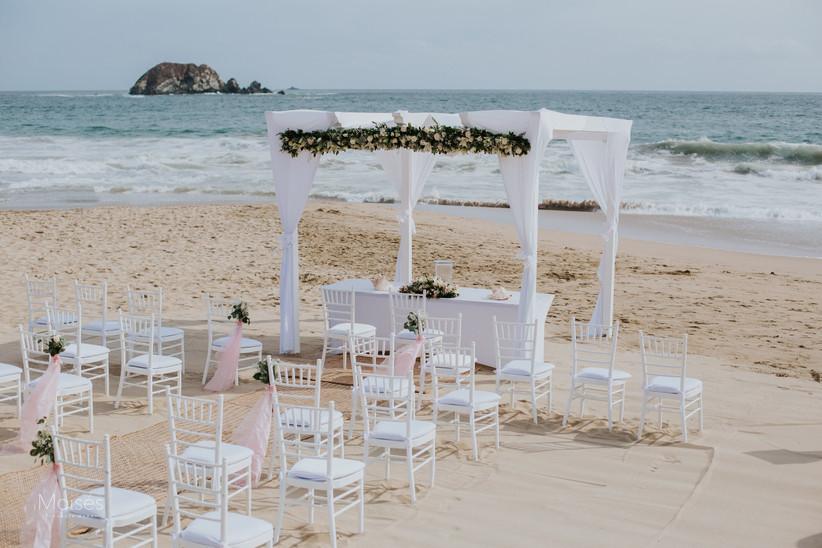 decoración de altar para ceremonia de boda en la playa