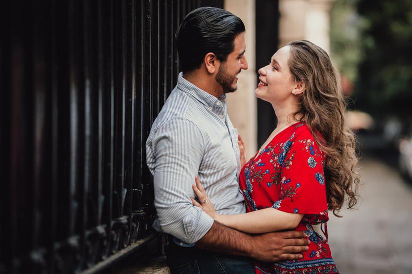 romántica sesión de fotos en pareja al aire libre
