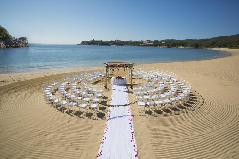 ceremonia de boda en playa asientos de invitados en círculo