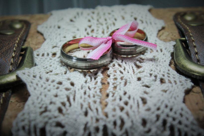 anillos de boda juntos con cinta