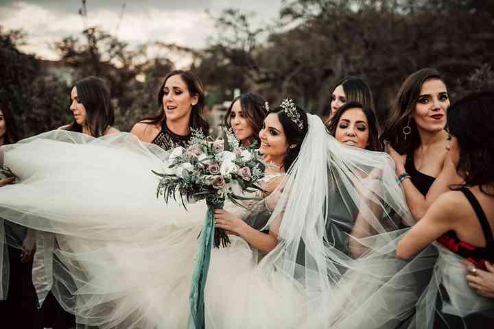 novia con damas de honor y ramo de novia con flores blancas y rosas