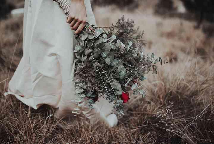 ramo de novia silvestre con ramas de eucalipto