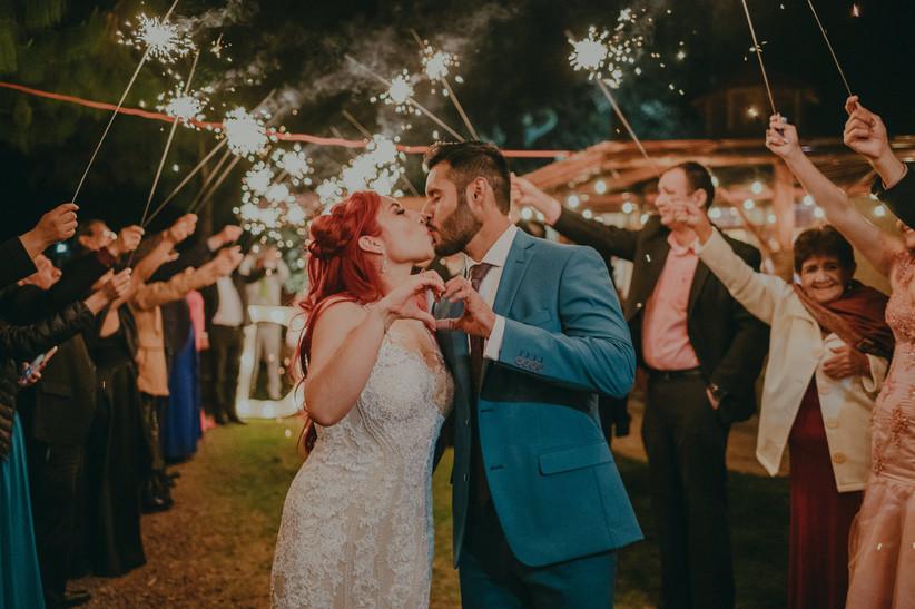 salida de novios de la ceremonia de boda con beso