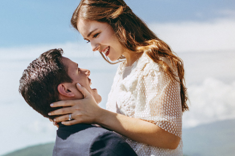 sonrisa de novia y novio en la boda