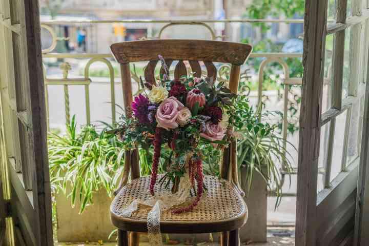 ramo de novia con rosas, ramas de eucalipto,