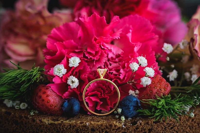 fotos anillo de compromiso solitario con flores coloridas