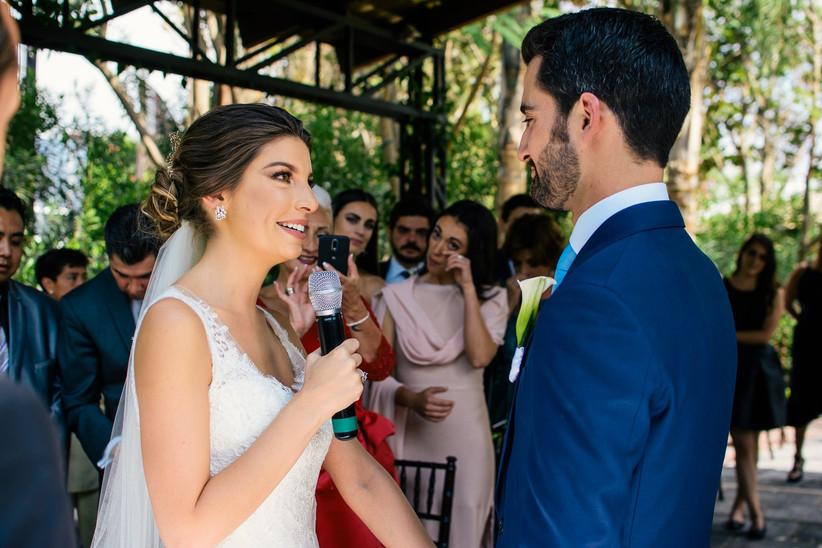 novia con velo en votos de boda