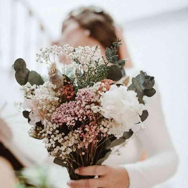 ramo de novia con flores de nube y ramas de eucalipto