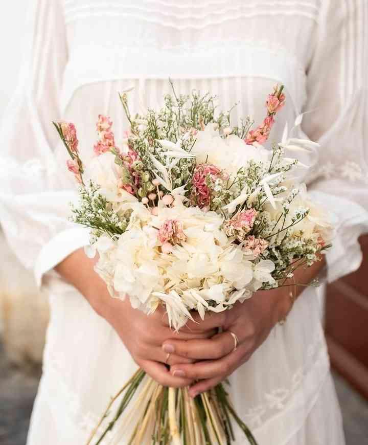 ramo de novia con tallos y flores en colores rosas otoñales