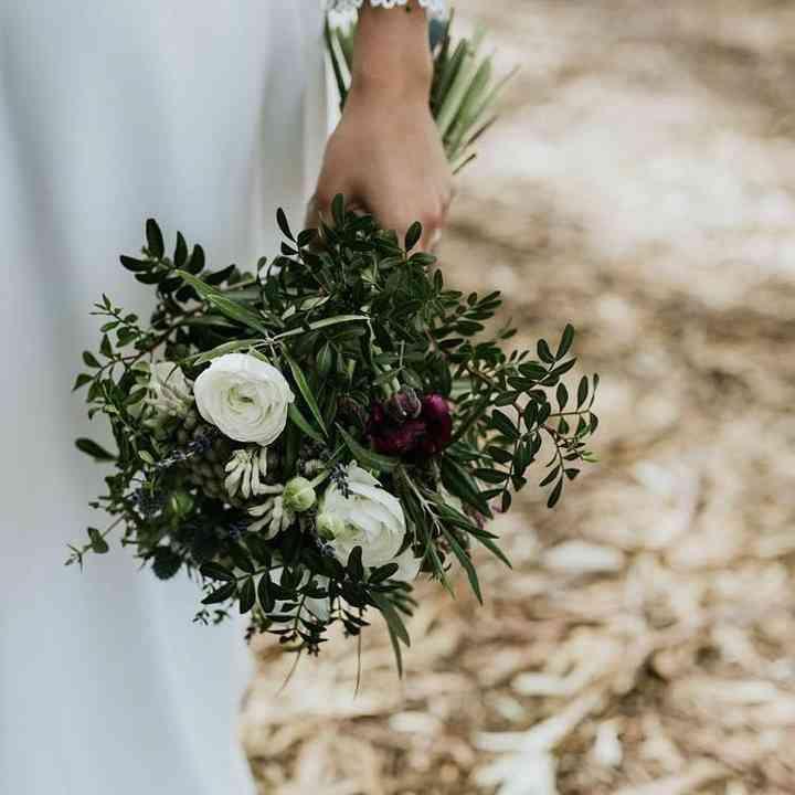 Ramo de novia con follaje verde y rosas blancas