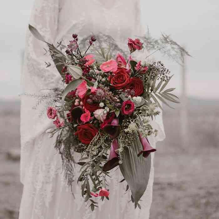 ramo de novia con flores blancas y plantas