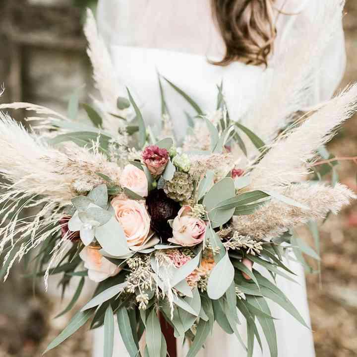 bouquet de novia asimétrico con hierba de la pampa