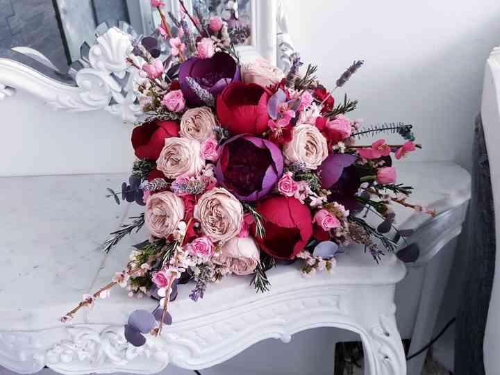ramo de novia asimétrico con flores en tonos rojos
