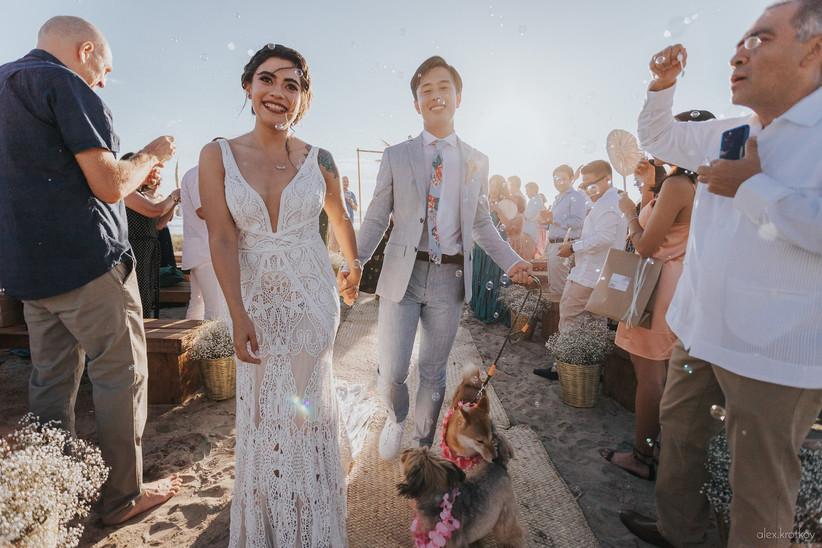 recién casados salen de su ceremonia de boda