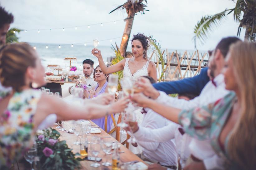 invitados de boda en la playa para civil