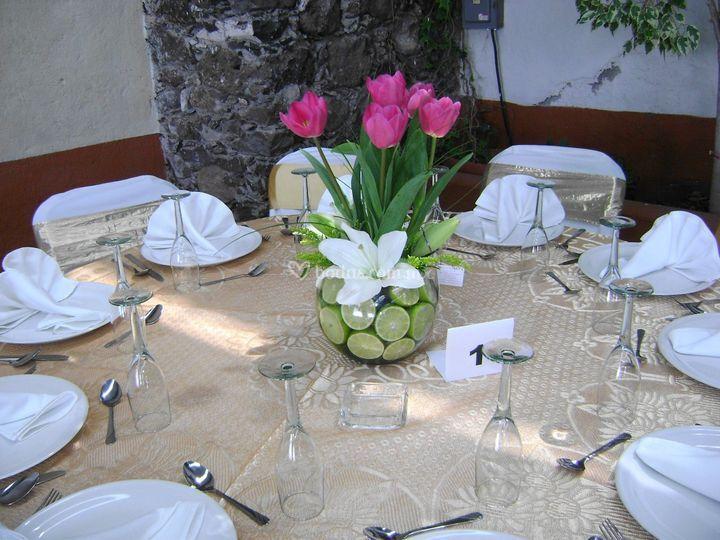 Centro de mesa con tulipanes en pecera con limones
