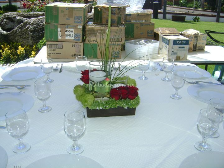 Centro de mesa de rosas cilindros y velas flotantes
