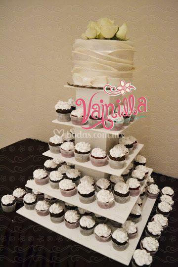 Torre de cupcakes con pastel