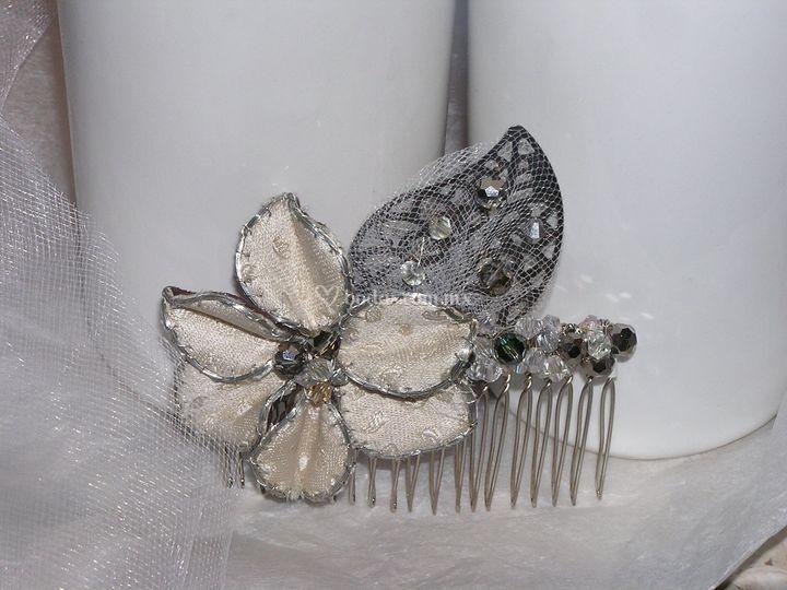 Flor en seda y hoja en metal