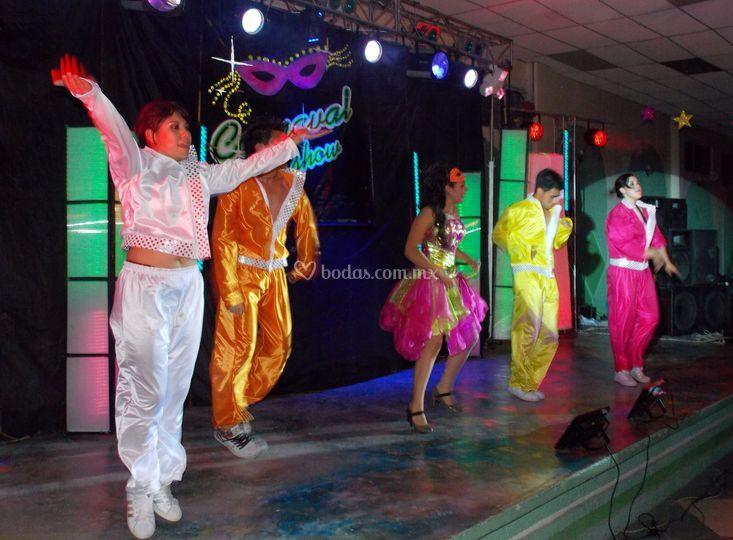 Bailarines poniendo pasos