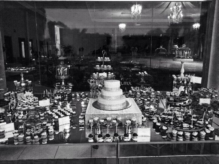 Mesa con 500 postres y pastel
