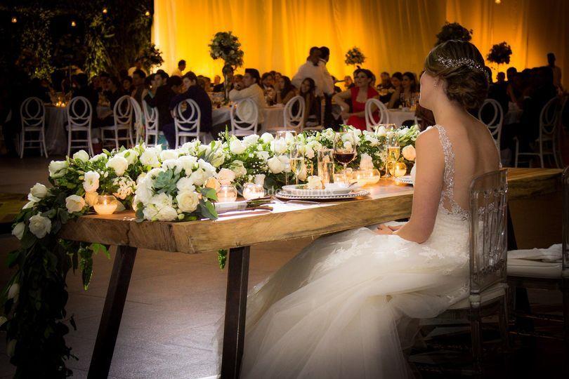 La novia mientras le cantan